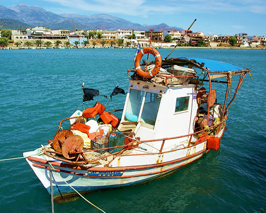Fishing boat in the harbour (image by Rookuzz)