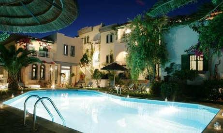 Aquarius Apartments - courtyard and poolside at dusk