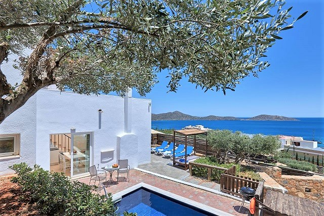 Ikaros Villa overlooks the bay of Elounda