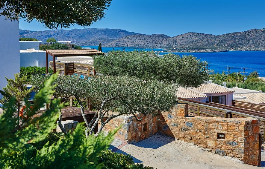 Ikaros Villa in Elounda, Crete has room for 16 guests in 8 bedrooms and 8 bathrooms