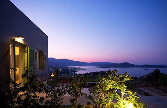 Ikaros Villa overlooks the bay of Elounda