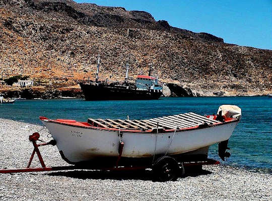 Old Fishing Boat on the Beach (image by PaPisc)