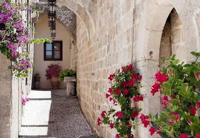 In Rhodes stay within the walls of the Old Town and stroll through the narrow streets which are brimming with history
