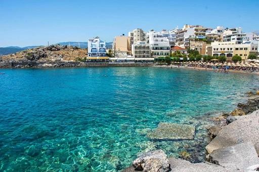 Sgouros Hotel overlooks Kitroplateia town beach