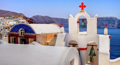 Santorini - white buildings, bright colours of church and blue of the Med (image by Wolfgang Staudt)