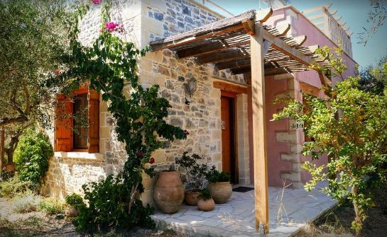 Oreastro Stone Cottage is self-catering, located in the west of Crete close to Chania International Airport CHQ.