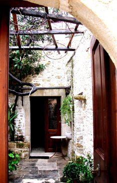 Traditional Cretan Lodge, Agios Miron, entrance
