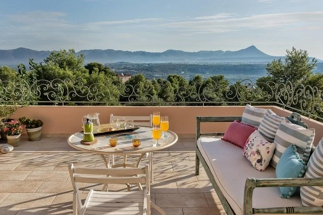 Irida's House is 6 km from Chania International Airport with sweeping views across Souda Bay in Chania, Crete