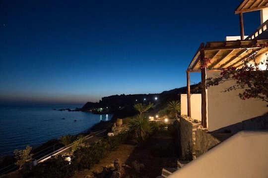 Kionia Apartments are set right on the beach of Agia Fotini in Crete