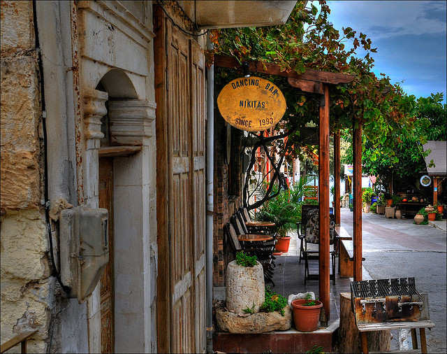 Panormos street scene (Image by Romtomtom)