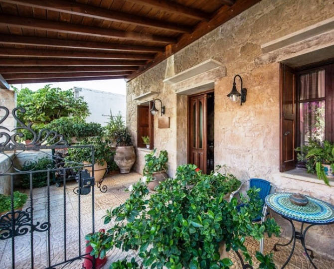 Villa Archontaraki is very central in the delightful village of Kaliviani