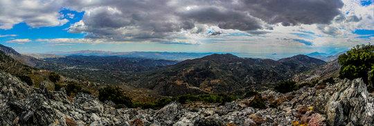 Hiking in the Psiloritis range (image by Konstantinos Mavroudis)