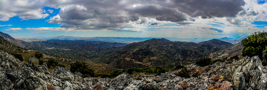 Hiking in the Psiloritis range (image by Konstantinos Mavroudis)